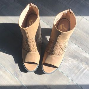 Report open-toed, heeled boots (tan)